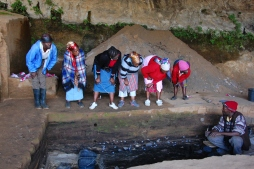 Ntate Rethabile Mokhachane discusses archaeology with visitors to Lehaha la Ntloana Tsoana